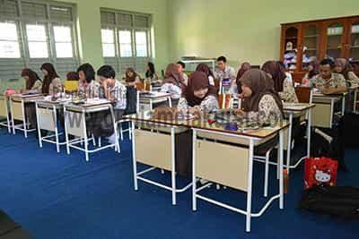 Meja sekolah yang mendukung pembelajaran